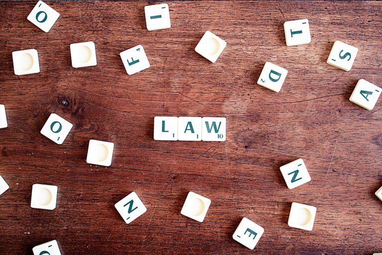 Fichas de Scrabble con la palabra law