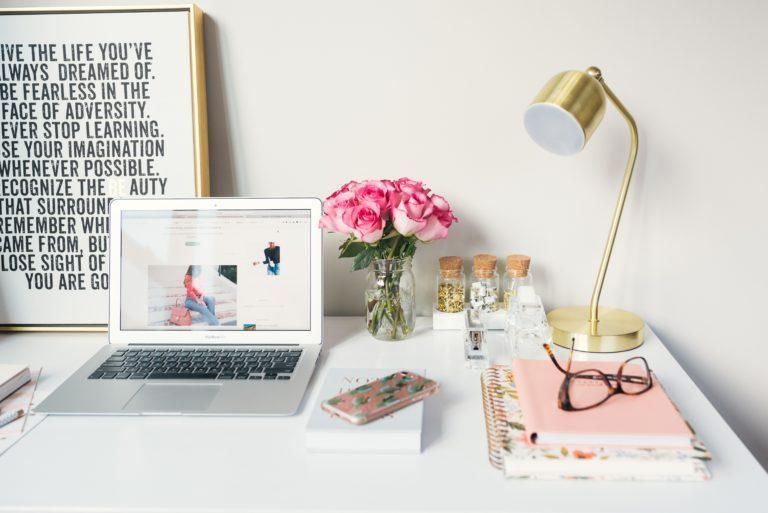 Mesa de escritorio con ordenador abierto