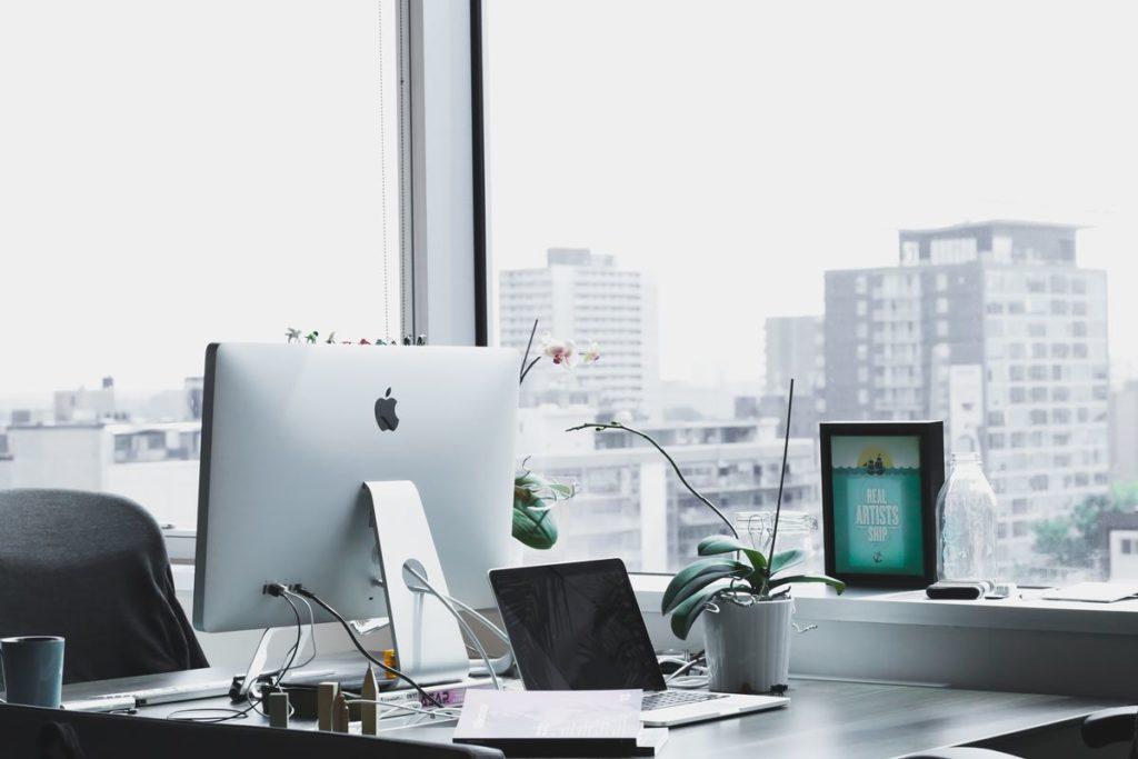 ordenador en una oficina